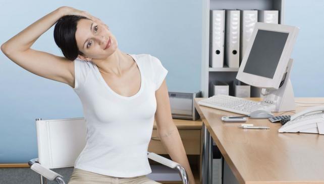 Ejercicios en la oficina. Una buena forma de paliar los efectos de las malas posturas.