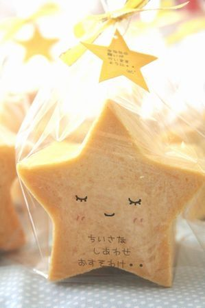 How easy would this be to make.  Bake rolled sugar cookies in star shape, glaze then use food grade pins to draw 」
