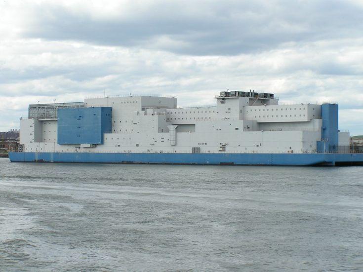 Cette structure à l'allure accueillante est une prison New-yorkaise située dans le quartier du Bronx, juste en face de la célèbre prison de Rikers Island. Dénommée «Vernon C. Bain Correctional Center», c'est une barge de 200m de long qui flotte sur l'East River et peut accueillir 800 prisonniers. [Source]
