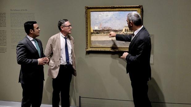 Moisés Roiz, Francesc Quílez e Ignasi Miró contemplan el lienzo «La Maestranza de Sevilla»