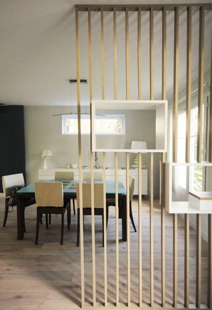 Claustra en chêne blanchi et niches ouvertes en laque sur-mesure pour séparer l'entrée de la salle à manger. Conception agence d'architecture d'intérieur Murs & Merveilles I www.mursetmerveilles.fr