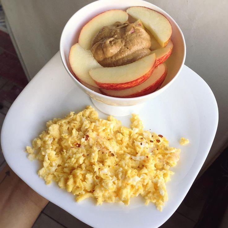 Bom dia, bom diaaaaa sexta-feira   Café da Manhã: Ovos mexidos com pimenta + maçã com pasta de amendoim + café preto com canela! ☕️ #healthylifestyle #eatclean #healthyfood