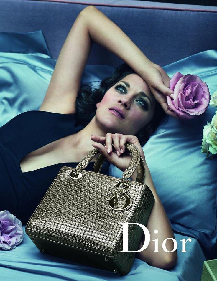 Lady Dior одна из тех сумок, при взгляде на которые не возникает вопросов о том, какому бренду она принадлежит. И дело не только в металлических буквах DIOR, украшающих ее, но и в особой форме, в узнаваемом оформлении. Lady Dior - квадратная или прямоугольная сумка с округлой ручкой, существующая во множестве разных исполнений. Крошечные и объемные, однотонные и разноцветные, лаконичные и со сложным декором, пастельные и яркие – существует множество различных вариантов данной модели. История…