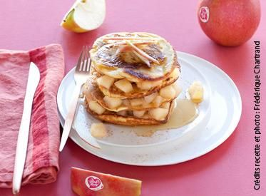Pirámide de pancakes con compota de manzanas y jarabe de arce - Apple Pink Lady