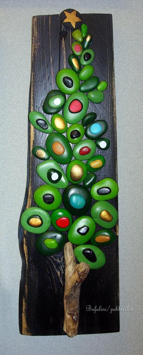 Albero di Natale realizzato mediante sassi dipinti su supporto di legno. - Nel sito artistico GIGARTE.com trovi opere, gallerie, informazioni, news, eve...