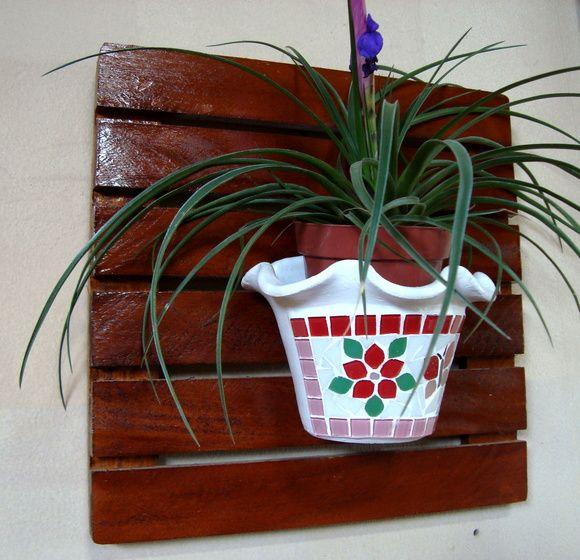 """Deck para jardim suspenso de madeira com verniz imbuia. Mede 40x40cm. *Vasos e plantas são ilustrativos, não fazem parte do valor. Caso tenha interesse nos vasos em mosaico, é só consultar o nosso álbum """"vasos de parede"""""""
