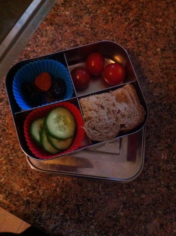 Vandaag #meenaarschool beker perensap en sinaasappel. Spelbrood gedroogd fruit komkommer en tomaat. En beker jus 'd ' orange.