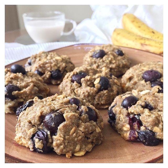 WEBSTA @ gymyyummy - --- [ B l u e b e r r y B a n a n a W h i t e C h o c o l a t e  C o o k i e s] --> Ingredientes: 2 bananos peq. maduros hechos pure ➕ 1 taza de harina de avena ➕ 1 1/2 taza de avena en hojuelas (quick oats) ➕ 1/2 taza de avena en hojuelas (rolled oats) ➕1 huevo ➕ 1/3 taza de aceite de coco ➕1/4 taza de azúcar de coco ➕1 cda. de bicarbonato de sodio ➕ 1 cda. de vinagre de manzana ➕ 1 cda. de esencia de vainilla ➕ 1 taza de arándanos ➕1/2 taza de chocolate blanco si