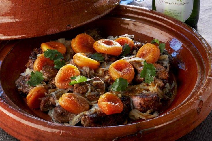 Het kost even wat tijd, maar dan heb je ook wat! Deze heerlijke tajine met lamsvlees en abrikozen is het perfecte gerecht om je gasten mee te verwennen én te verrassen. Serveer met een goed glas Gewurztraiminer van bijvoorbeeld Vins d'Alsace en je avond is compleet. Ben je zelf niet in het bezit van een …