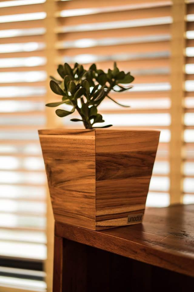 Matera cuadrada pequeña en madera de teca.