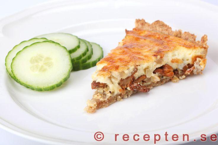 Kantarellpaj - Recept på en mycket god kantarellpaj. God pajdeg med fyllning av kantareller, lök, crème fraiche, ost och ägg. Bilder steg för steg.