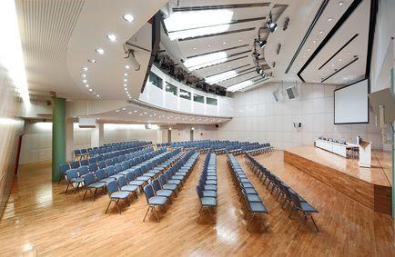 Kennen Sie unseren Schillersaal? Als einer unserer kleineren Säle ist er der ideale Ort für Tagungen, Präsentationen und Vorträge. Er bietet eine helle und freundliche Atmosphäre mit Tageslicht und Sitzplätze für 400 Personen. Der Raum passt sich ganz den Wünschen des Veranstalters an – Bestuhlung und Bühne sind flexibel beweglich. Kleiner Bonus: Der Schillersaal besitzt einen direkten Zugang zu unserem Partner, dem @MARITIM Hotel Stuttgart