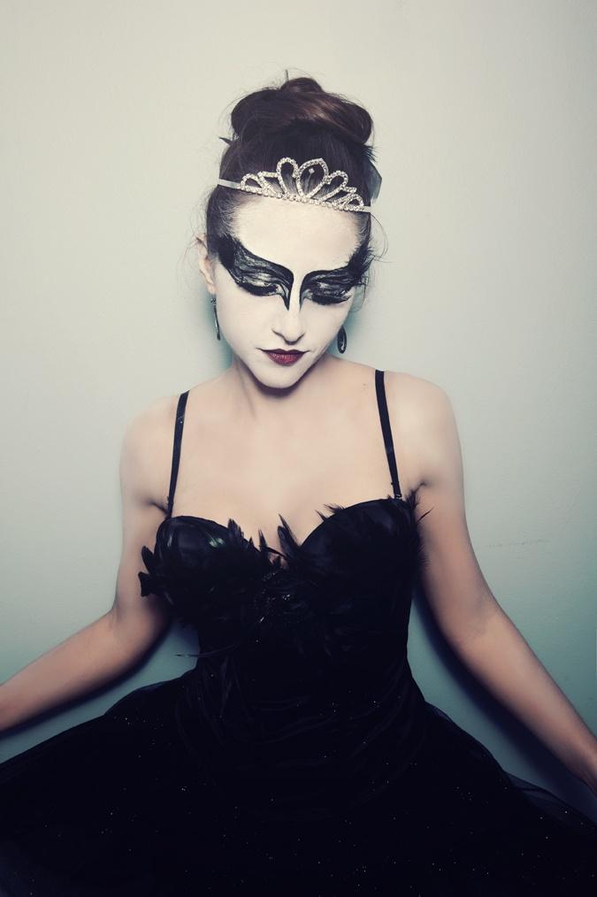die besten 25 black swan kost m ideen auf pinterest schwarzer schwan make up rabe halloween. Black Bedroom Furniture Sets. Home Design Ideas