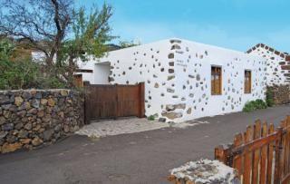 Aan de rand van het kleine dorp El Pinar in het zonnige zuiden van El Hierros staat dit leuke huis, genaamd 'Casa Nicolas'. Het huis is gebouwd in de typische 'Herreño' stijl en perfect gerenoveerd!