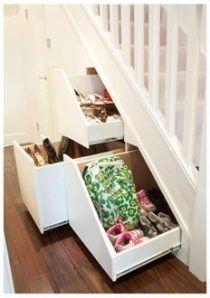 Rangement à chaussures coulissant sous l'escalier