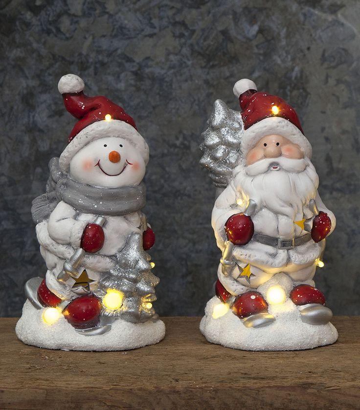 Kjempesøt dekorasjon av en julenisse fra Star Trading som vil spre herlig julestemning. Dekorasjonen er batteridrevet og har 6 LED lyskilder.