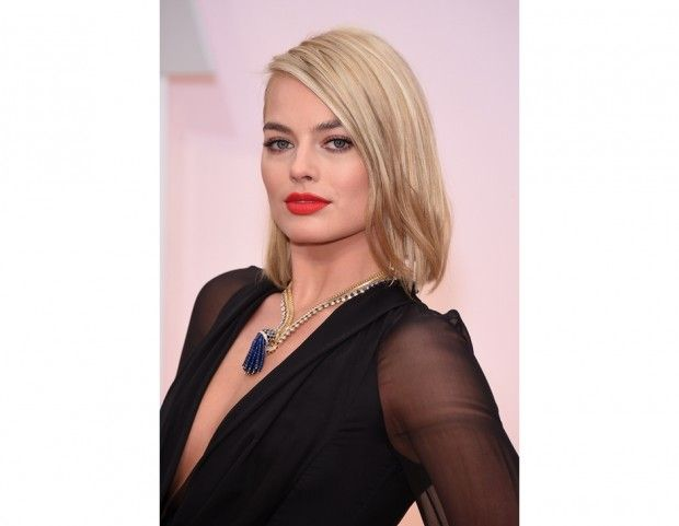 Margot Robbie: bob lungo con riga laterale