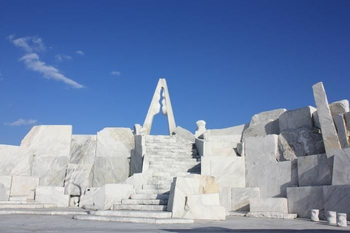 しまなみ海道にある生口島は、日本画家の平山郁夫の生誕地。平山美術館をはじめ、真っ白な大理石で造られた「耕三寺 未来心の丘」など見どころ満載です。タコ料理やレモンも名物ですので、ぜひご賞味を。