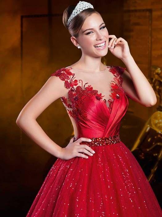 Vestido vermelho com brilho que eu adorei! Veja essa e outros Vestidos de 15 Anos aqui.