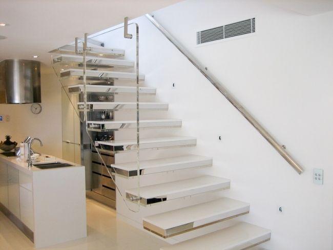 weiße treppe metall stufen weiße küche glas geländer