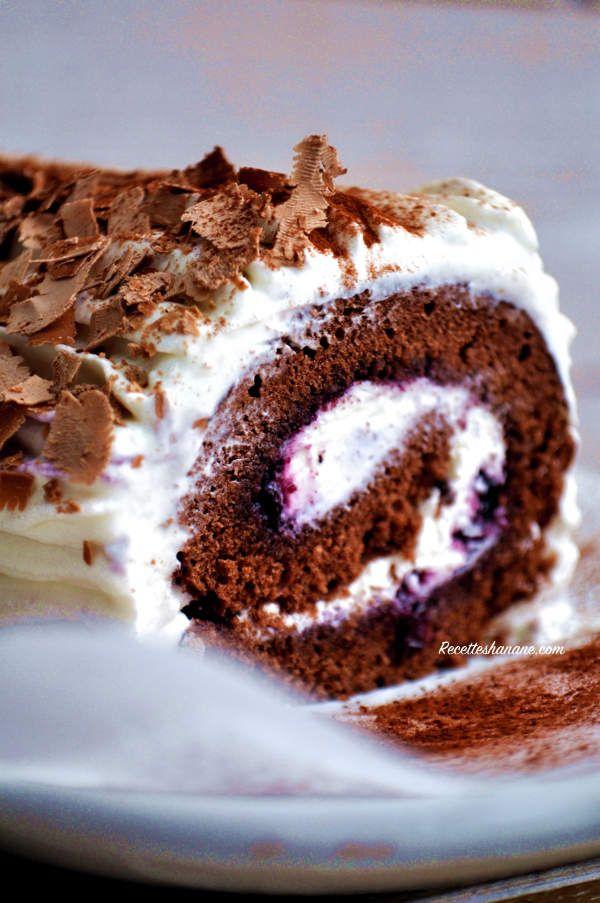 La forêt noire est un de mes gâteaux préférés, j'aime beaucoup cette alliance cacao-chantilly... aujourd'hui je vous montre une version biscuit roulé, une recette très facile que vous pouvez faire pour les fêtes de fin d'année. Le biscuit: 5 oeufs 180g...