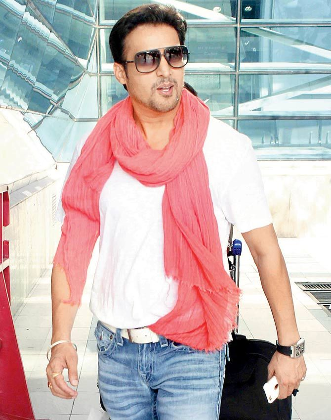 Jimmy Shergill at the Mumbai airport. #Bollywood #Fashion #Style #Handsome