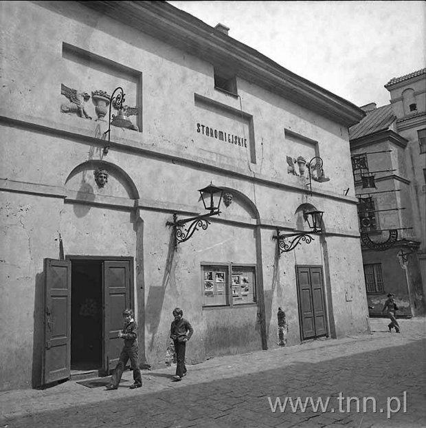 Kino Staromiejskie. Dziś w budynku mieści się Teatr Stary. Ostatni seans przy ul. Jezuickiej odbył się w 1981 r. Kiedy z kamienicy wyniosło się kino, popadła w kompletną ruinę. Zanim wprowadził się do niej teatr, musiała przejść gruntowny remont.