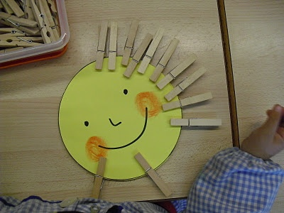 Motricitat fina a P-3. Fer la pinça és bàsic perquè desenvolupin una bona motricitat en els dits que més tard els ajudarà a agafar correctament el llapis.