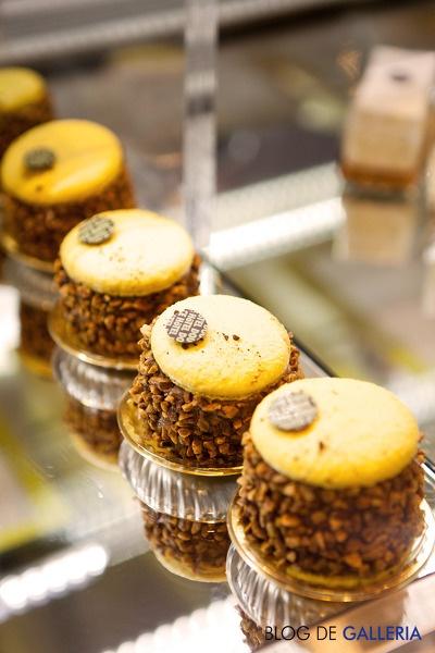 오뗄두스의 바나나 초콜릿 마카롱 케이크는 한 입에 먹기도 좋을 앙증맞은 사이즈에요