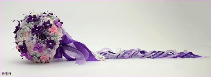 "Vasilissa unikatni bidermajer od papira LENA - ""Unikatni bidermajer od snežno belih, nežno roze i tajanstveno ljubičasto lila papirnih cvetova diskretno je ukrašen svetlucavim srebrnim detaljima - izbor boja neobičan, ali ženstven, smeo, poseban i baš zato - izuzetno inspirativan."" Vasilissa Tatijana"