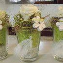 Hier bieten wir ein edles 3er Set Tischgestecke im Glasgefäß an...die konischen Gläser haben wir mit weißem Sand und grünem Sisal gefüllt und auf der Vorderseite mit einer weißen Feder und Perle...