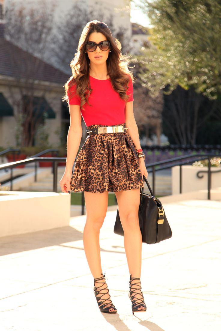 """""""skater skirt"""" com estampa de oncinha e blusa vermelha pra alegrar o visual + cinto de placa dourada."""