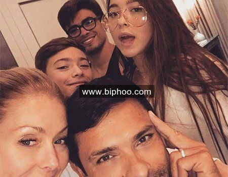Kelly Ripa Is One Happy Mama When Her Three Kids Come http://www.biphoo.com/celebrity/kelly-ripa/news/kelly-ripa-is-one-happy-mama-when-her-three-kids-come