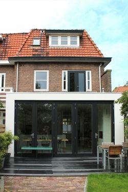 Dit jaren dertig huis in Utrecht had een traditionele indeling. Door de drie meter diepe moderne uitbouw is er een heerlijke grote en lichte ruimte ontstaan.