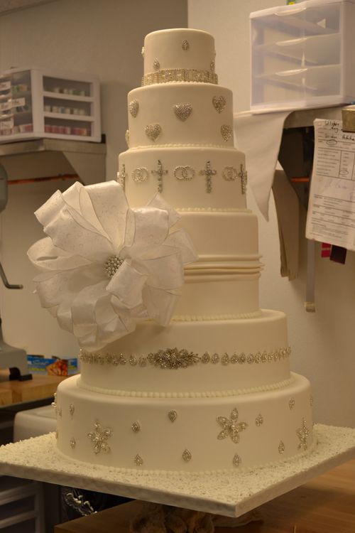 big wedding cakes   Wedding cakes are becoming the wedding reception's show stopper!