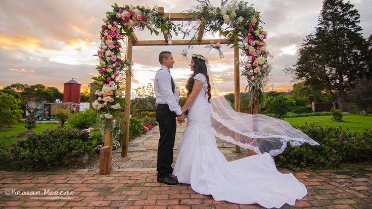 Hermosa fotografía, hermosa pareja. Arco de ceremonia. #weddingphotography