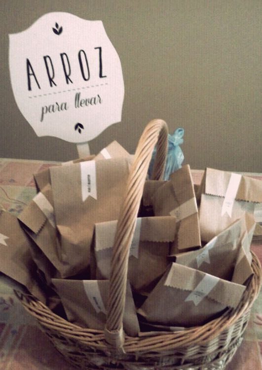 Colocar el arroz en bolsas rústicas para llevar.