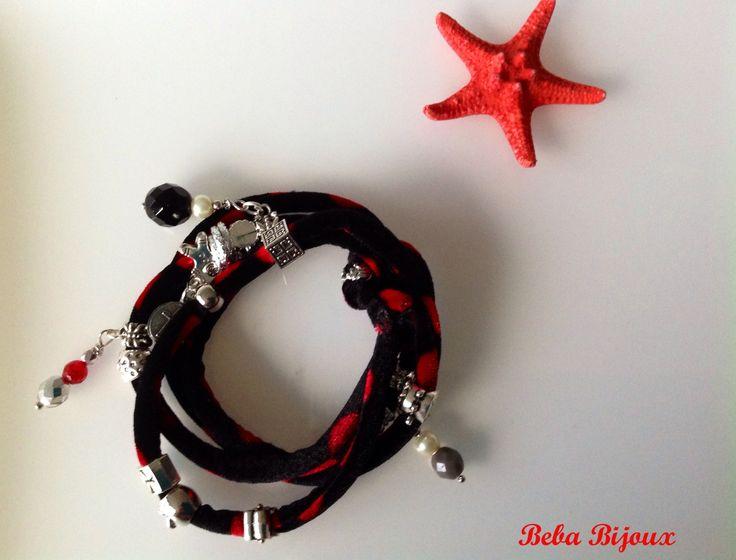 """Bracciale in Velluto """"Fantasia"""" nero a Pois rossi,con distanziatori color argento, pietre e ciondoli."""