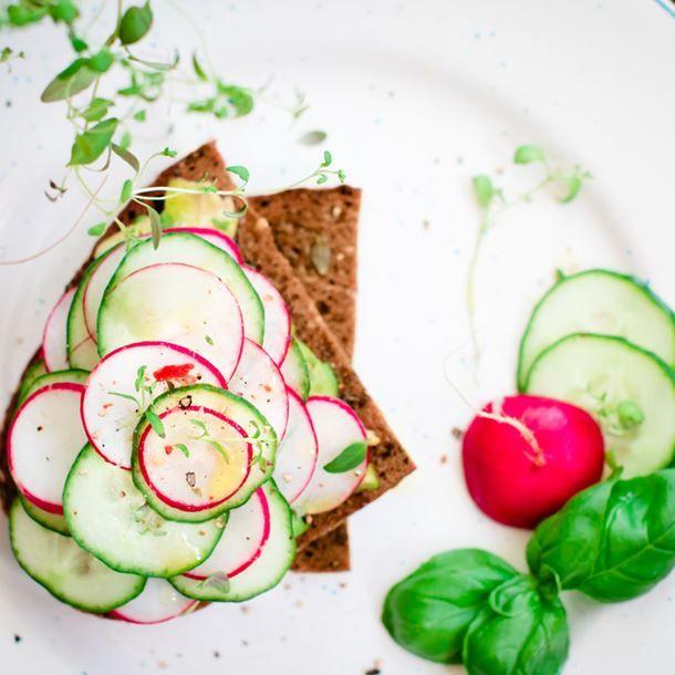Millefeuilles de concombre et de radis sur toast
