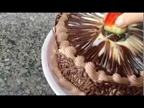 Decoração de Bolo de Chocolate com Arabescos - YouTube                                                                                                                                                                                 Mais