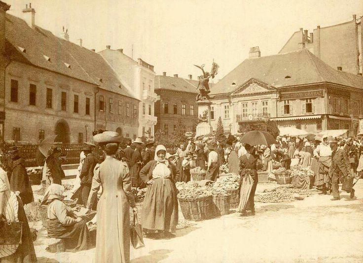 1911. Vár, piac a Dísz téren, háttérben a Honvéd-szobor, mögötte az (egyik) Marczibányi-ház