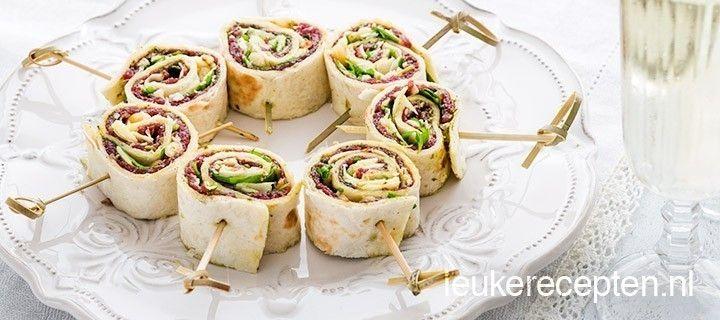 Carpaccio rolletjes: 120 gr dun gesneden carpaccio, 3 wraps, 2 eetl groene pesto, 3 eelt pijnboompitten, 3 eetl parmezaanse kaas, handje sla