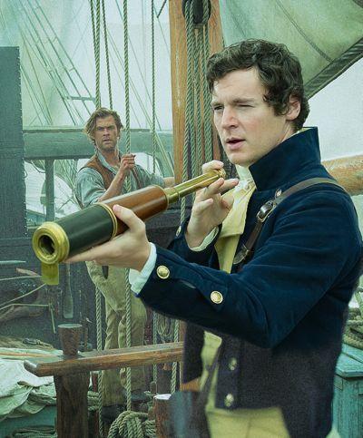 Heart of the Sea Benjamin Walker levanta olho de vidro para olhar como Chris Hemsworth relógios-lo a bordo baleeira shipp