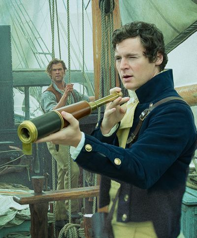 Heart of the Sea Benjamin Walker levanta olho de vidro para olhar como Chris Hemsworth relógios-lo a bordo baleeira shipp