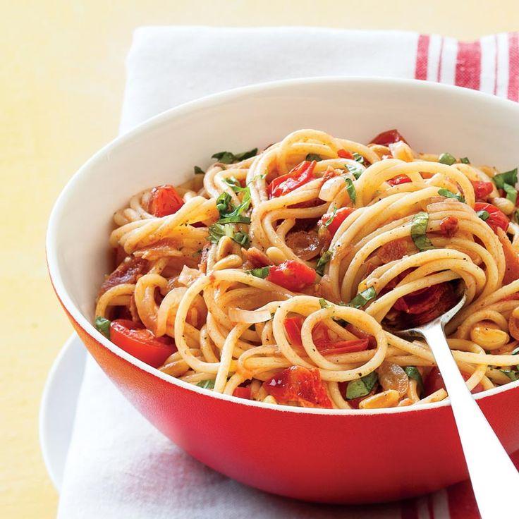 Spaghettis à la pancetta, aux tomates cerises et au basilic