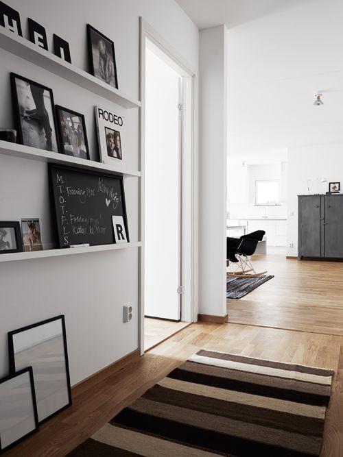 Minimalist Styling | Pella Hedeby - super idée pour habiller les murs d'un couloir !