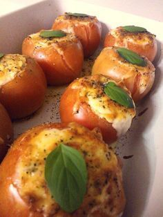 Ingredientes 8 tomates grandes maduros, mas firmes 1 queijo ricota 1 creme de leite 2 tomates seco picados 4 azeitonas preta picadas (pode ser