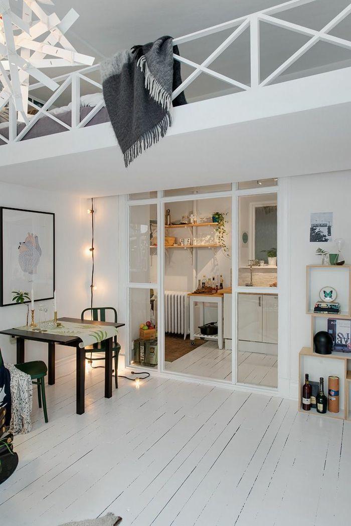 parquet blanc, joli espace avec mezzanine, sol en lattes blanches