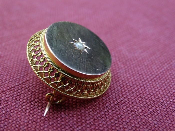 Online veilinghuis Catawiki: Gouden, ronde broche met filigrein rand en zaadparel