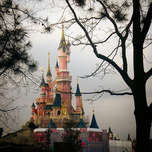 Disneyland, Frankreich  #disneyland #Schloss #mickeymouse #Frankreich #France #Paris #worldtraveler #Freizeitpark #wanderlust #Travelgram #travelgoals #Traveller #travel #Urlaub #urlaubsreif #instatravel #instalike #potd #Germanblogger #Reiseziel #reiseblogger #reiseblog #Blogger #Journey #vacation #bestplace #koffergepackt